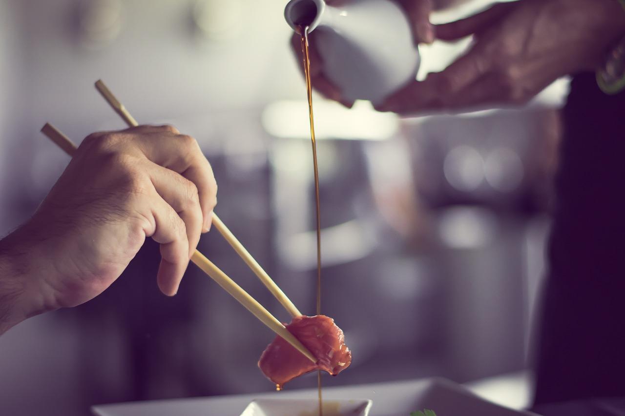 verser sauce sushis